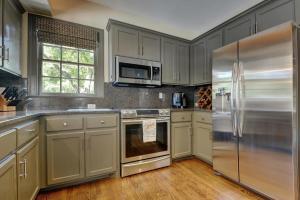 A kitchen or kitchenette at LBJ Estate near Lake Austin