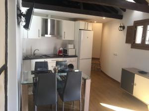 A kitchen or kitchenette at Apartamentos Catedral Escalinata
