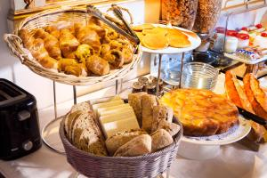 Breakfast options available to guests at Résidence du Lion d'Or Louvre