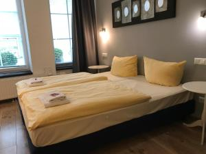 A bed or beds in a room at Apartmenthaus Hamburg
