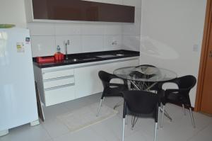 A kitchen or kitchenette at Apartamento Resort Residence