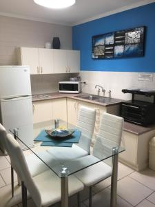 A kitchen or kitchenette at Beachlander Holiday Apartments