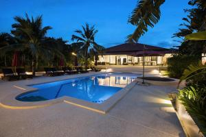 The swimming pool at or close to Maremaan Villa