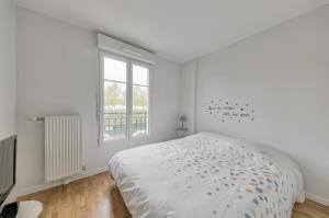 A bed or beds in a room at Les Prés Carrés (Sleepngo)