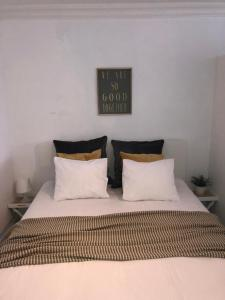 A bed or beds in a room at Studio Ostend Living