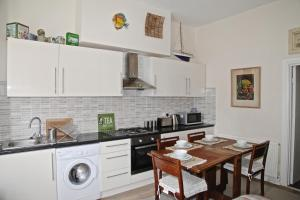 A kitchen or kitchenette at Cosy Central Apartment (Ground floor)