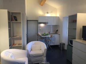 A kitchen or kitchenette at Charmant Studio Brignoles