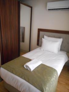 سرير أو أسرّة في غرفة في أجنحة كيتان تقسيم