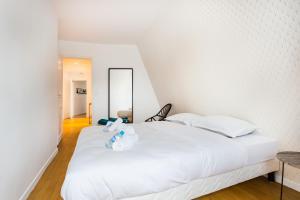 Ein Bett oder Betten in einem Zimmer der Unterkunft CMG Tour Eiffel/Champs de Mars__Laos 7