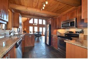 A kitchen or kitchenette at Chalet Elki