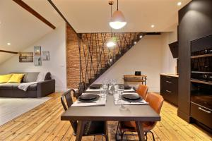 A restaurant or other place to eat at Appartements Design Hypercentre