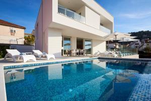 สระว่ายน้ำที่อยู่ใกล้ ๆ หรือใน Villa Trogir