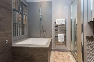 A bathroom at Interior Designed Chelsea 3 bed Apartment London