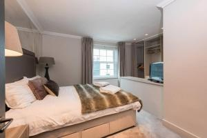 A bed or beds in a room at Interior Designed Chelsea 3 bed Apartment London