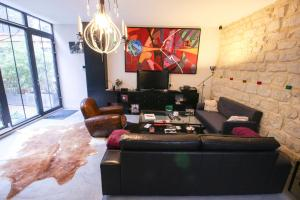 A seating area at Luckey Homes - Rue de Meaux