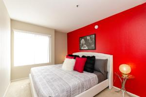 A bed or beds in a room at Wonderful Walk of Fame Apartment