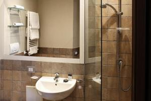 A bathroom at LHP Suite Rivisondoli