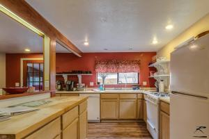 A kitchen or kitchenette at Peaceful Creekside Cabin
