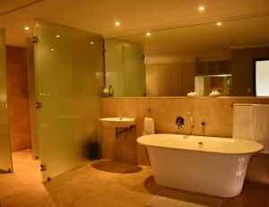 A bathroom at Barmarine Luxury Holiday Home