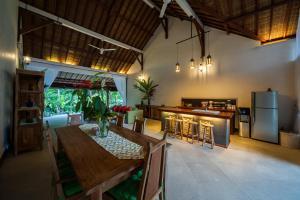 Um restaurante ou outro lugar para comer em Villa Aashaya Ubud