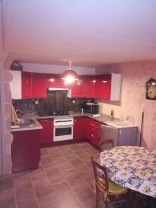 Cuisine ou kitchenette dans l'établissement Maisonette des Viliers