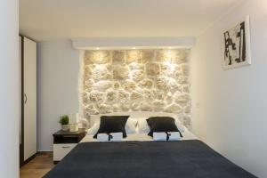 A bed or beds in a room at Buža Apartment