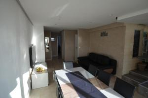 A seating area at Appartement Rooftop 8 personnes grande terrasse avec parking Quartier Aéroport Nice