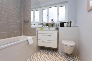 Ein Badezimmer in der Unterkunft Stunning Two Bed Flat
