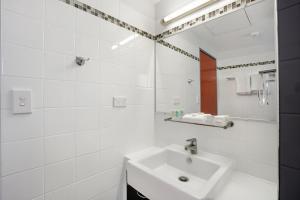 A bathroom at Toowong Inn & Suites