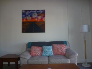 A seating area at Apartments On Grey