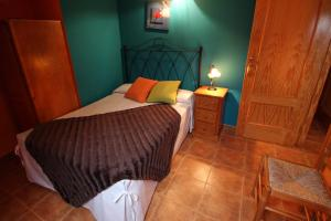 A bed or beds in a room at Sierra De Monfrague