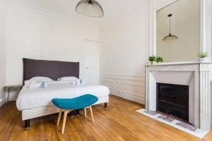 Ein Bett oder Betten in einem Zimmer der Unterkunft CMG Tour Eiffel/Champs de Mars__Laos 2D