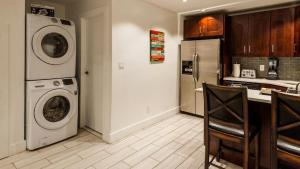 A kitchen or kitchenette at Triplex Carriage House