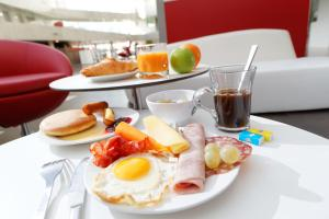 Breakfast options available to guests at Olivarius Cergy Apart'hotel