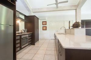 Кухня або міні-кухня у Tranquility By The Course Port Douglas