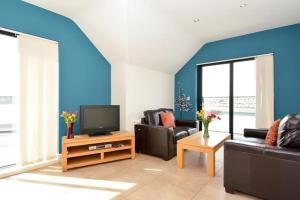 Uma TV ou centro de entretenimento em The Towers Apartments