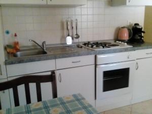 A kitchen or kitchenette at Apartmani Seršić