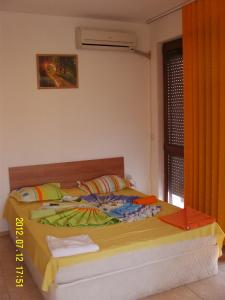 A bed or beds in a room at Lucky Beach Apartments