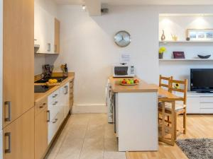 A kitchen or kitchenette at 2 bed in amazing West London location
