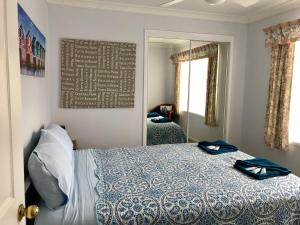 A bed or beds in a room at Bayz on the River