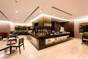 A restaurant or other place to eat at Fraser Suites Singapore