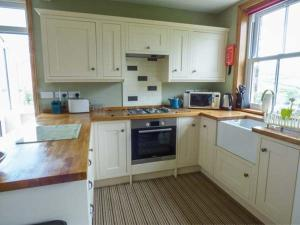 A kitchen or kitchenette at The Haven, Whitby