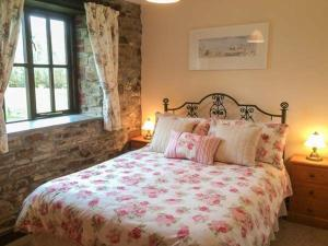 A bed or beds in a room at Wagtail, Holsworthy