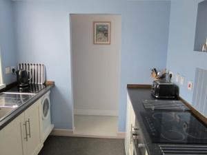 A kitchen or kitchenette at The Studio, Ventnor
