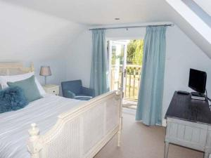 A bed or beds in a room at Willow Cottage, Rye