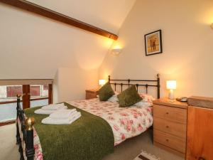A bed or beds in a room at Crooks, Axbridge