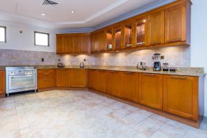 A kitchen or kitchenette at Five Bedroom Beachfront Villa on Palm Jumeirah by Deluxe Holiday Homes