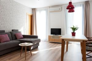 A seating area at MH Apartments S. Familia