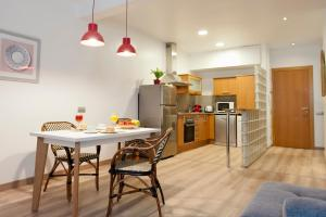 A kitchen or kitchenette at MH Apartments S. Familia
