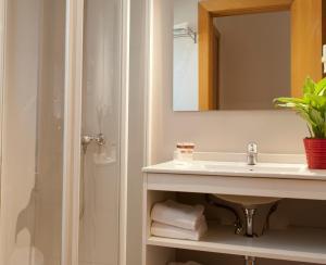 A bathroom at MH Apartments S. Familia